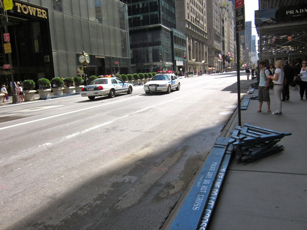 The police close down Fifth Avenue to have a little chat